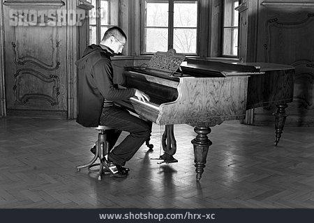 Pianist, Piano