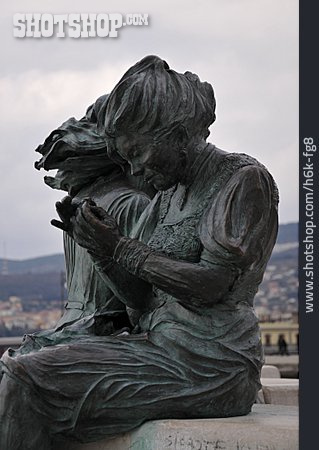 Statue, Piazza Unità D'italia