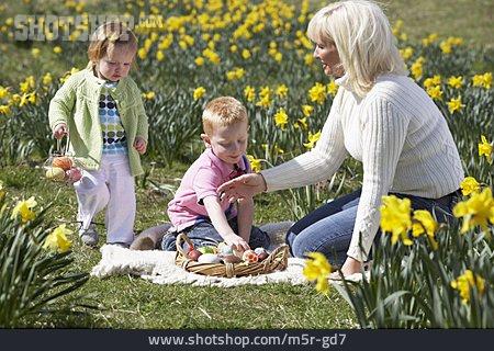 Easter, Customs, Family Life, Easter Egg Hunt