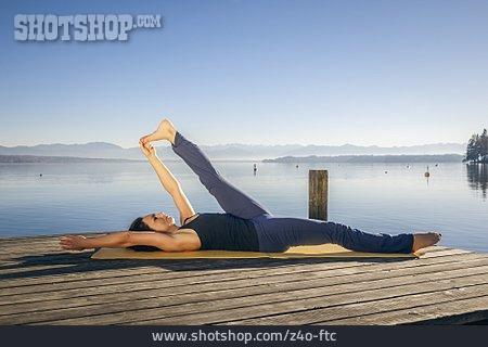 yoga gymnastik dehnen padangusthasana  lizenzfreies bild